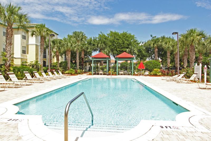 A piscina de verão tão perto de nosso condomínio