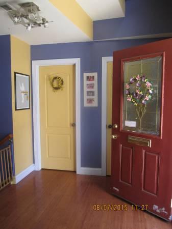 Entra, principal planta alberga el salón de los cuartos, un baño y un dormitorio