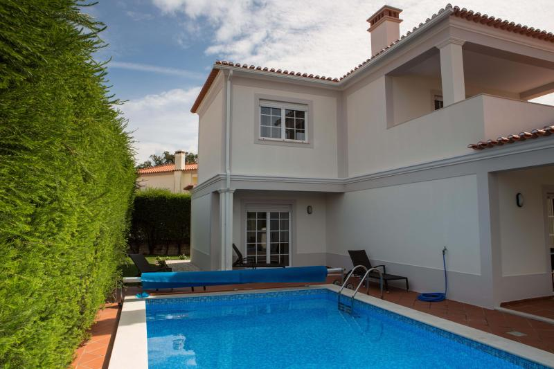Villa with private pool at Praia d'el Rey, holiday rental in Serra del Rei