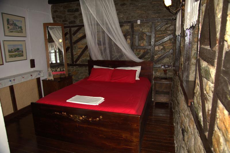 Apalni Cottage King Size bed