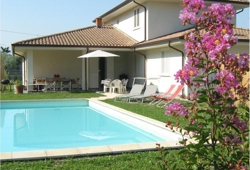 appartamento in villa moderna con piscina ad uso esclusivo, holiday rental in Lunata