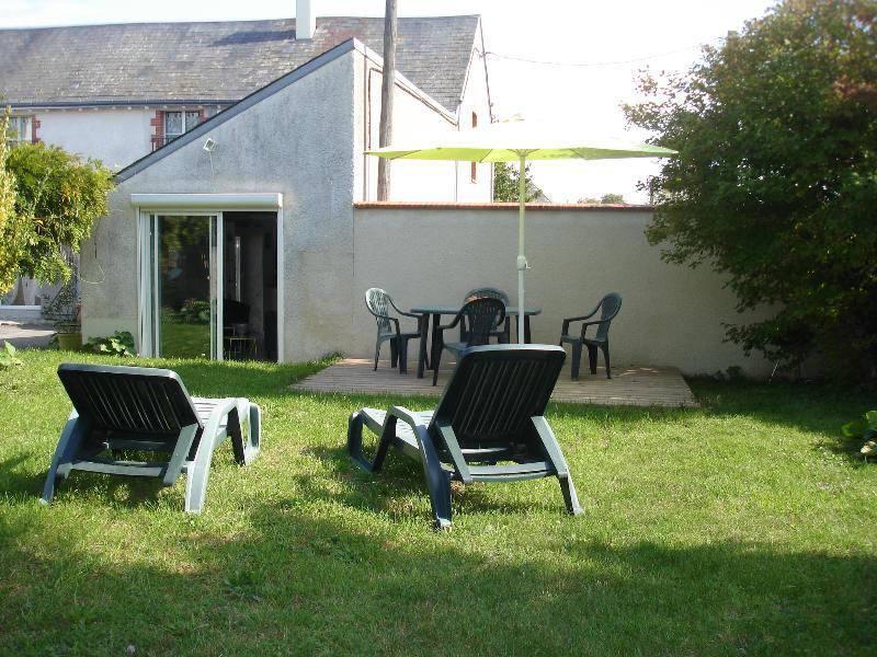 Les Tournesols - loc vacances - gite 4 personnes, aluguéis de temporada em Yevre-la-Ville