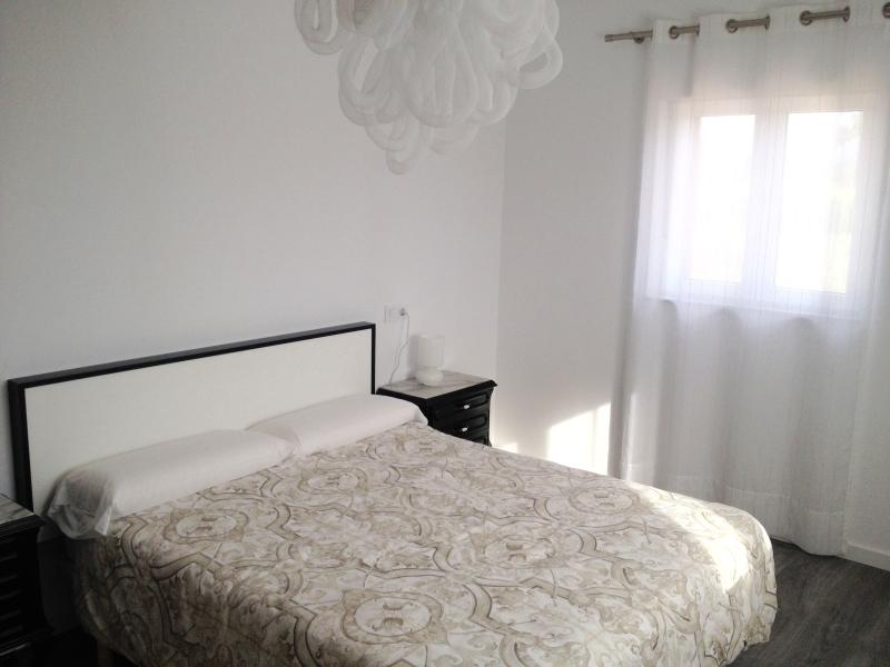 Moderna habitación de matrimonio con vistas