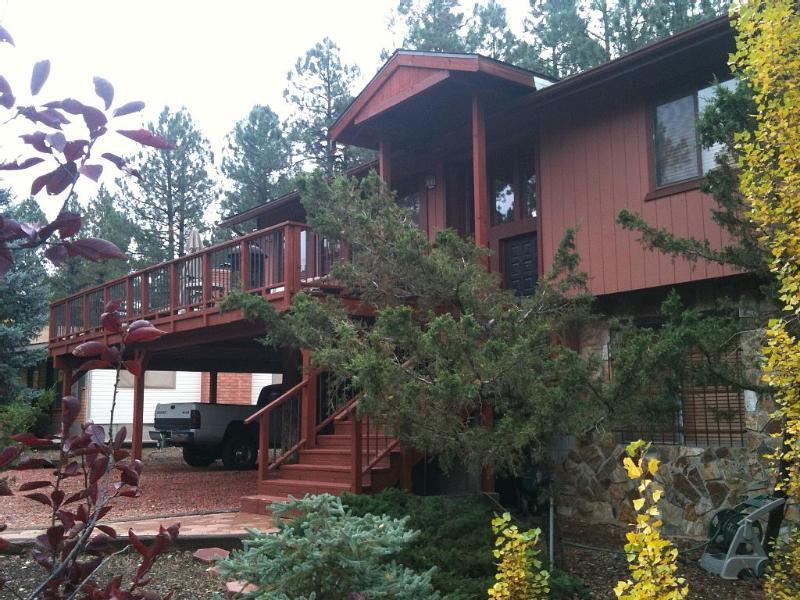 vista lateral de la cabina, hay dos dormitorios en planta alta y un dormitorio en planta baja
