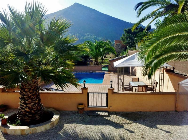 Terraza de piscina vista desde porche entrada de la casa.