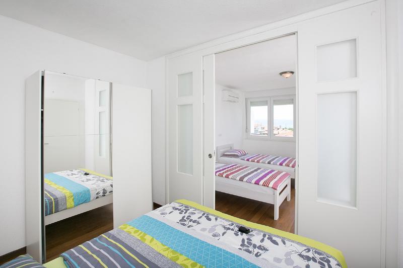 1. Schlafzimmer mit Verbindung zum 2. Schlafzimmer (Schiebetüren)