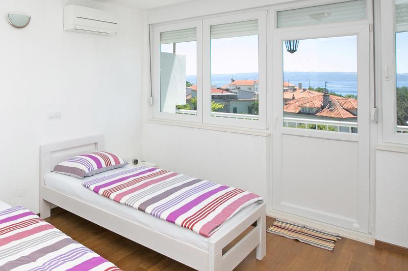 2. Schlafzimmer mit Zugang zum Balkon
