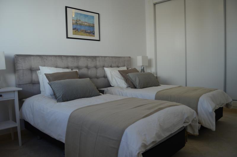 Quarto 4 pode ser configurado como 1 rei super cama de casal ou 2 camas individuais.