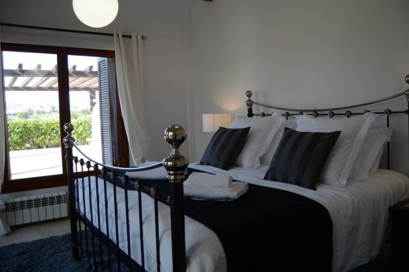 Quarto principal com cama super king-size, lençóis de algodão egípcio, casa de banho privativa, andar no guarda-roupa