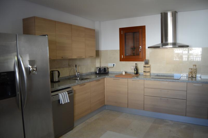 Cozinha muito espaçosa e totalmente equipada.