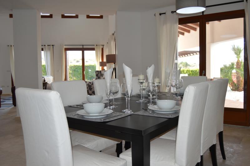 Mesa de jantar extensível, acomoda confortavelmente 10 convidados.
