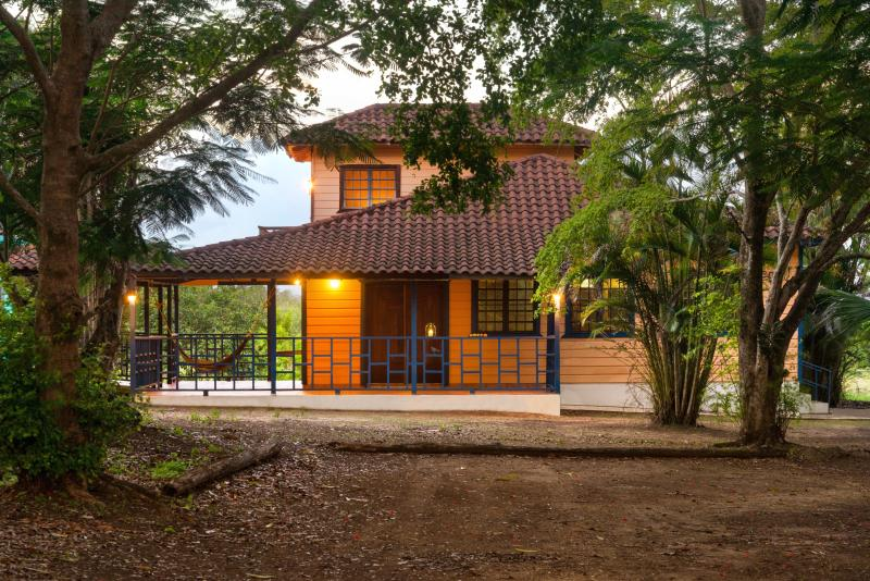 Arecibo Chalet - Sits on 2 acres  just 10 minutes, holiday rental in Barceloneta