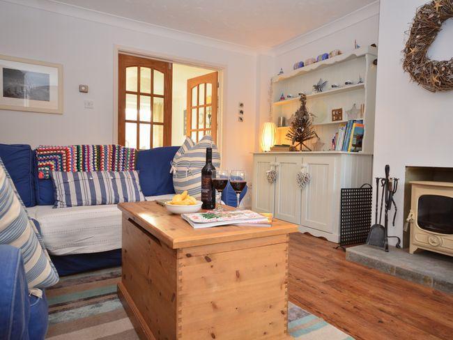 un accogliente salotto con stufa a legna