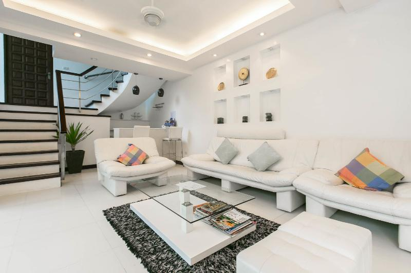 The 4 bedroom White Villa Patong Sleeps 8-10, holiday rental in Patong