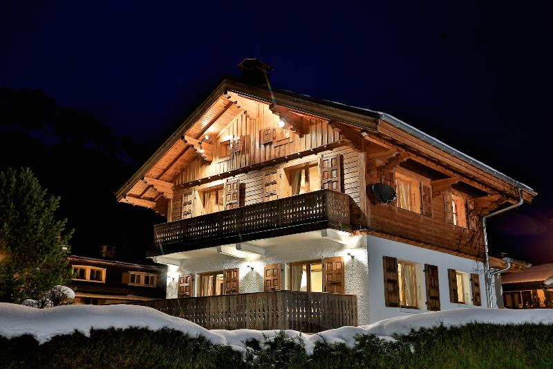 Chalet Cristalliers - Luxury chalet in Chamonix, all en-suite, log fire, hot tub, holiday rental in Chamonix