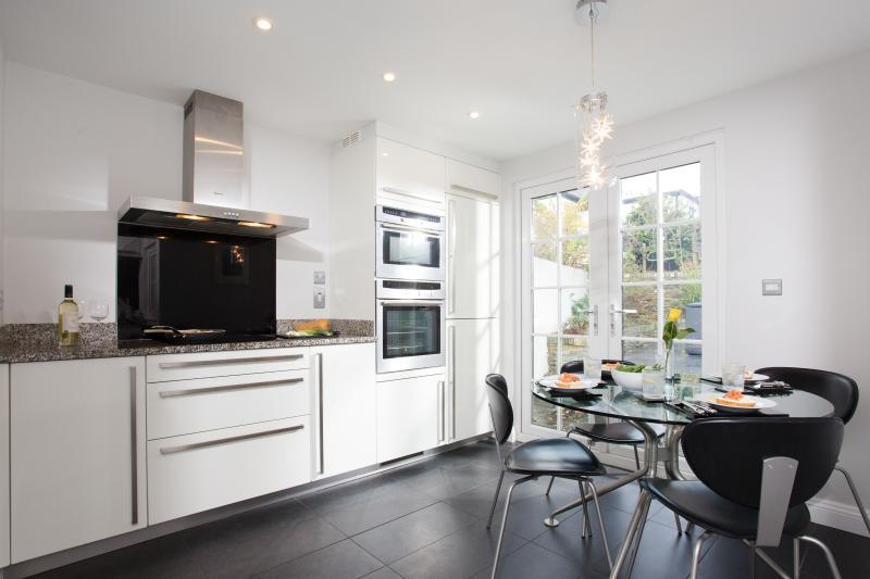 Bespoke kitchen has granite worktops and all modern appliances