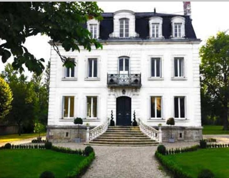 Large Luxury villa in the heart of the Loire with heated pool and private garden, casa vacanza a Genille