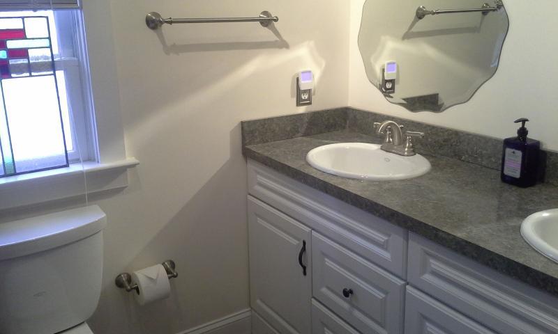 Deux salles de bains, une avec douche baignoire, l'autre avec douche de plain-pied.