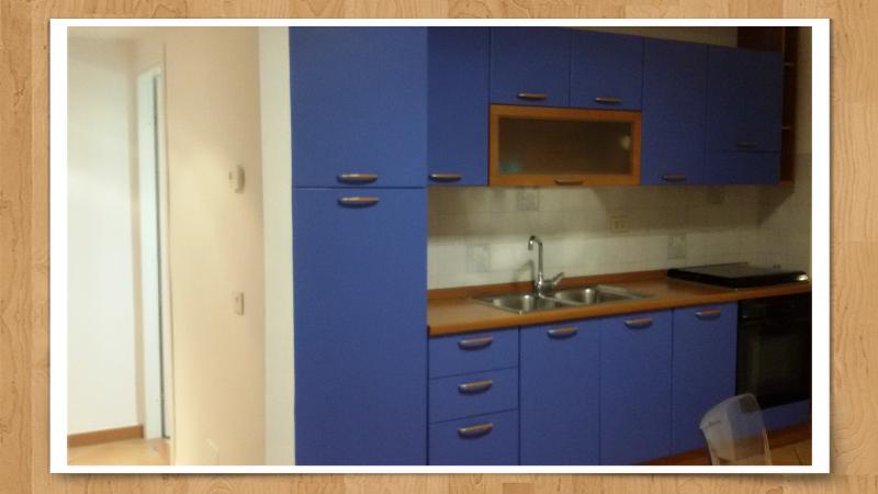 Cucina lineare 3m, frigo, forno elettrico, stoviglie