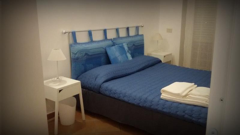 camera letto matrimoniale, comodini con presa ricarica cellulare