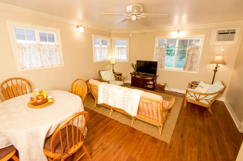 Private Home; Walk into the Heart of Lahaina Town!, vacation rental in Lahaina