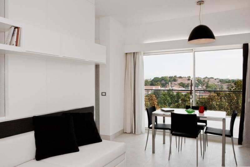 Spacious and bright apartments in Rome, near the vibrant Trastevere and Testaccio districts.