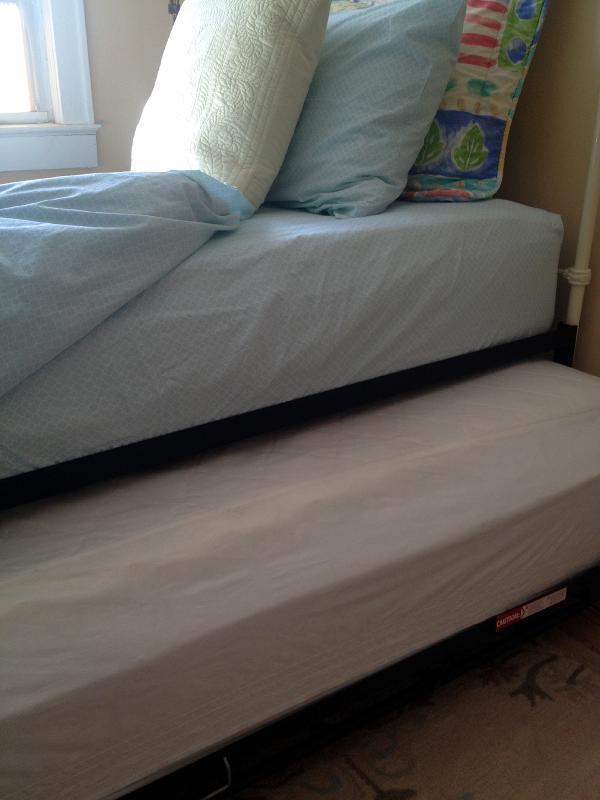 # 2 Schlafzimmer hat ein ausklappbares Bett: Boden Matratze gleitet aus und öffnet sich.