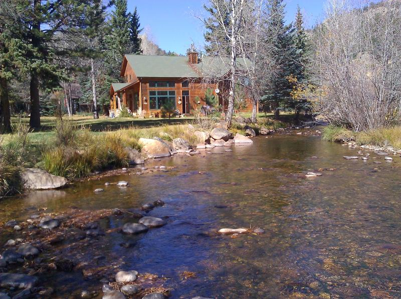 Cabin on Fall River, walk to RMNP and town, vacation rental in Estes Park