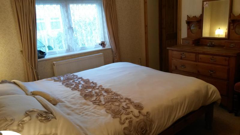 King size bed room with door to en-suite bathroom.