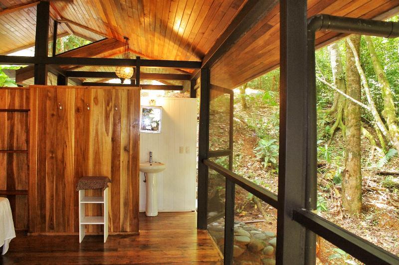 LE bleu maison chambre - WC et lavabo - accès à la douche d'extérieur