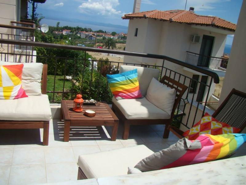 Spacious 3 bedroom house in a residential village, location de vacances à Nea Fokaia