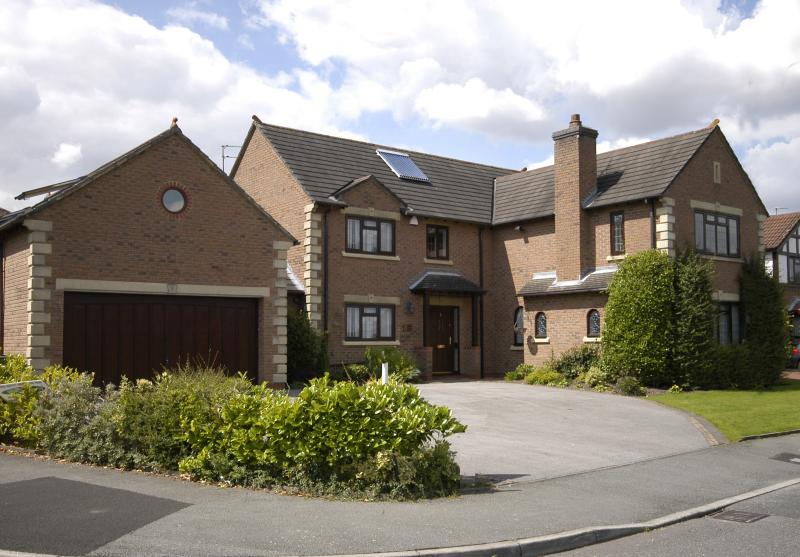 O Cheshire Santuário apartamento está à esquerda com pequena janela redonda