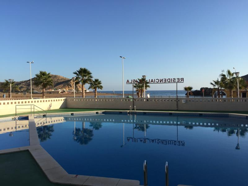Residencial La Isla. Con Piscina, frente a la play, holiday rental in Puerto de Mazarron