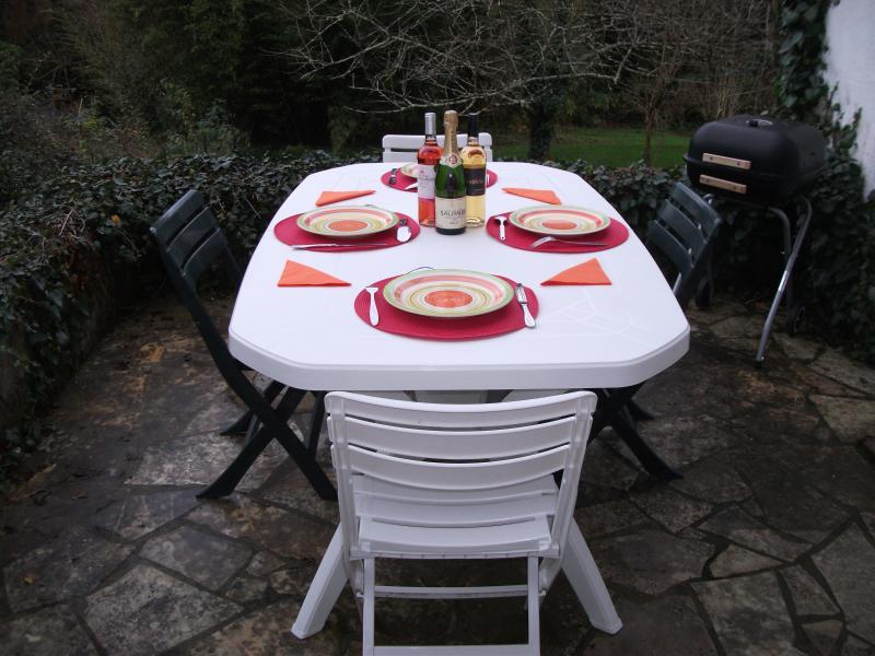 Charming house with large private rear garden, alquiler de vacaciones en Montmorillon