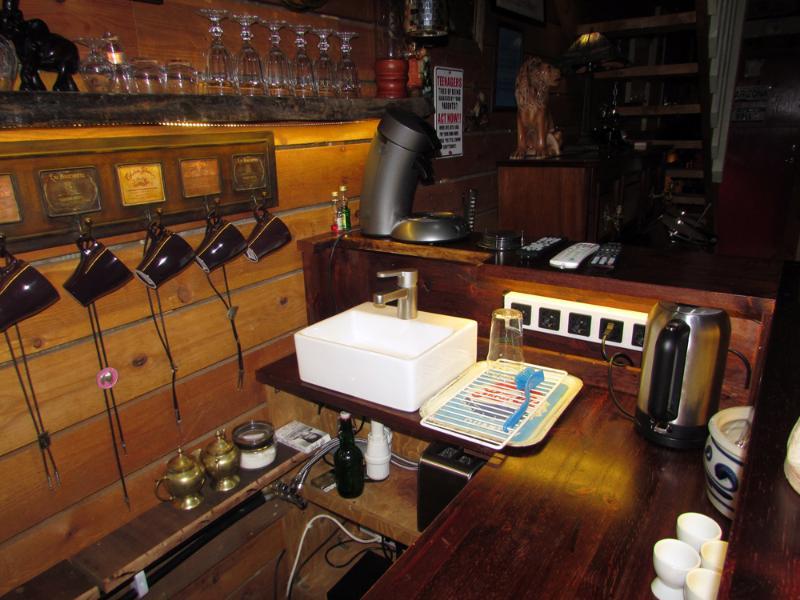 Die Bar, Küchenzeile Platz.