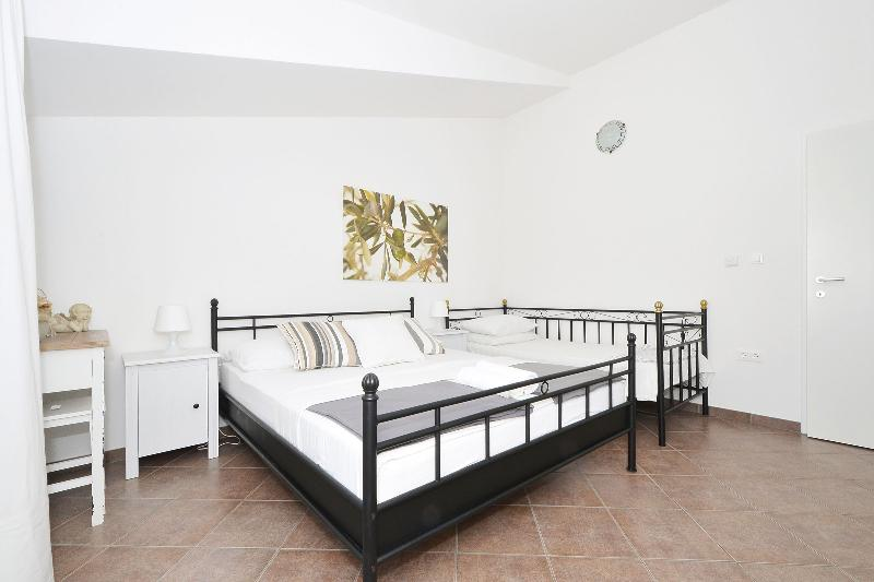 Bedroom with 1 double bed and one single bed