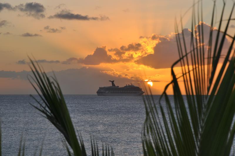 Navire de croisière au coucher du soleil