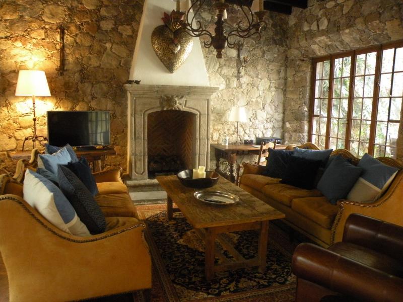 Woon- / eetkamer met stenen muren, binnen buiten stroom en gas open haard. TV / DVD / Wifi.