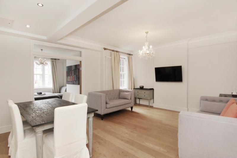 Le salon exceptionnellement spacieux avec canapés, table et chaises et TV avec chaînes satellite