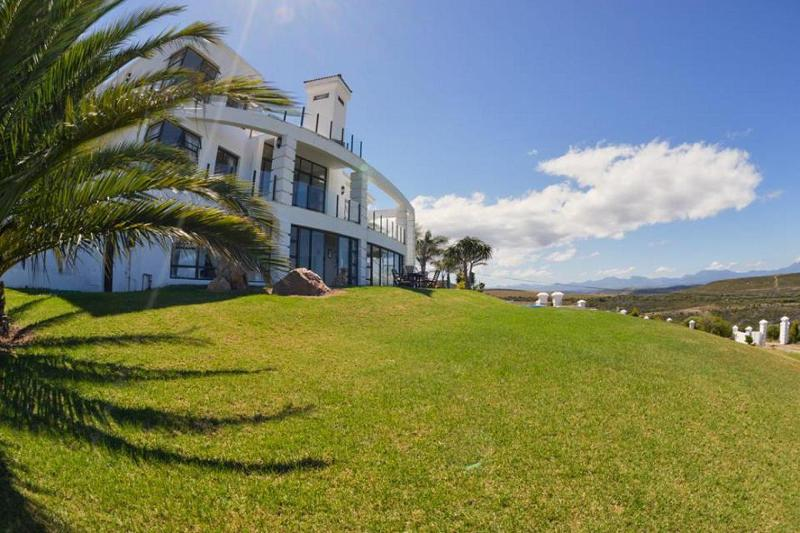 Set in the rolling hills of Mossel Bay, Fly me to the Moon offers a luxury retreat for guests