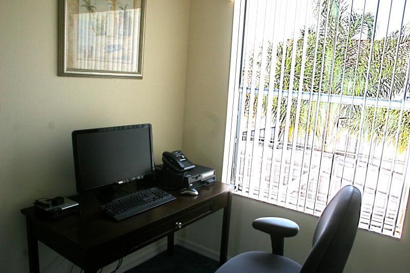 Sistema de computadora y teléfono para negocios con vistas a la piscina.