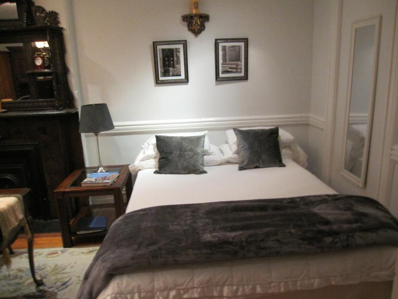 Charming Master Bedroom, holiday rental in Edgewater