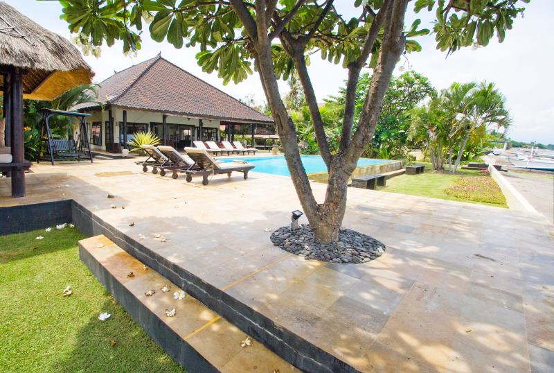 Villa with pool directly at the beach