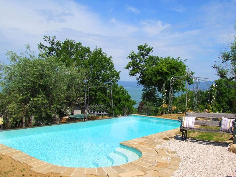 Private villa with pool and stunning lake views, vacation rental in Magione