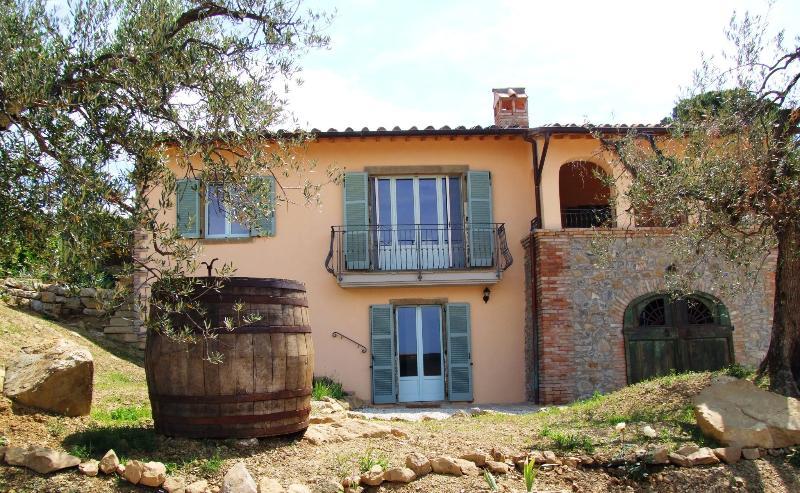 De voorzijde van de Villa Azurra, geconfronteerd met het meer, tonen de zitkamer balkon en de gewelfde loggia.