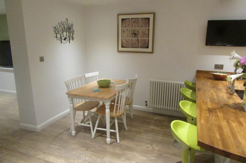 Choice of breakfast bar or dining table.