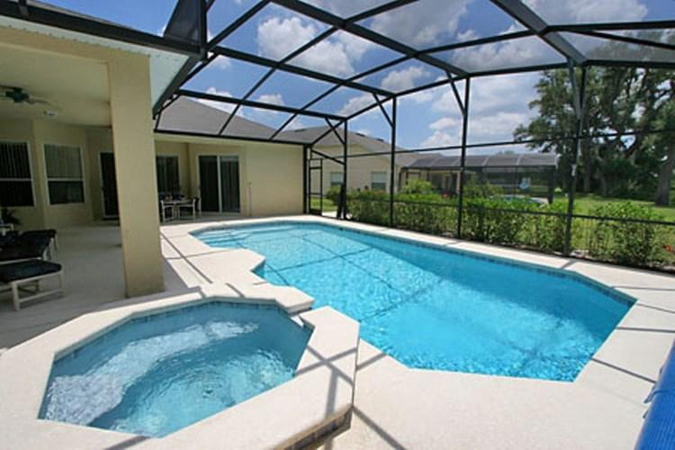 Huge pool and hot tub (free heat if required)