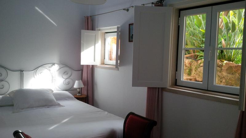 Dormitorio principal con 2 ventanas al jardín.