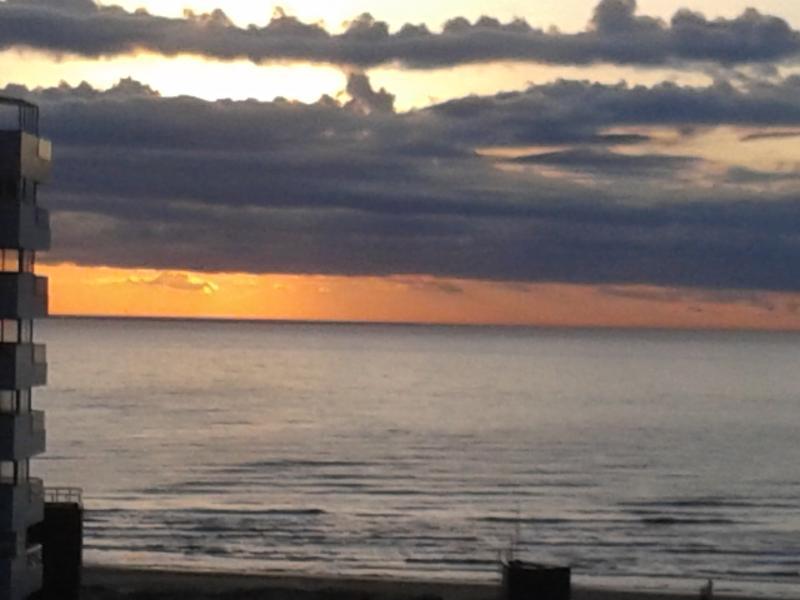 Nascer do sol na Praia Grande visto da sala