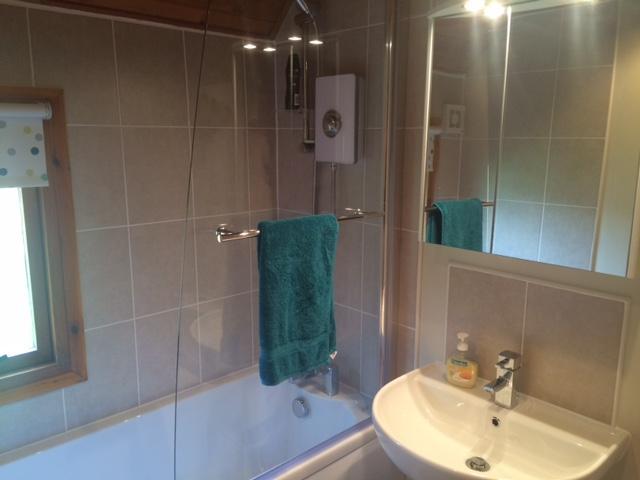 Helt nya badrum med power-shower.